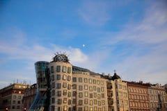 PRAGUE - DECEMBER 07: modern byggnad med många kurvor, 2016 Arkivbilder