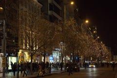 Prague December 13, 2016: Nattjulgarnering av den huvudsakliga fyrkanten Gatan shoppar, och folket går tillsammans med Arkivfoto