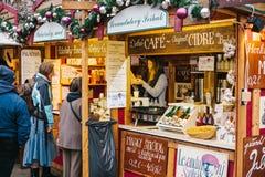 Prague December 15, 2016: Säljaren erbjuder kunder ett brett val av honung och olika viner Jul shoppar Royaltyfria Bilder