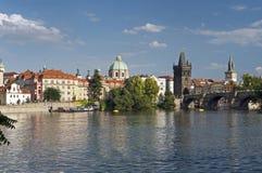 Prague - den gammala townen, överbryggar och floden Vltava Arkivbilder