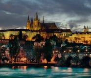 Prague et Hradcany, Prague, par nuit Photos stock