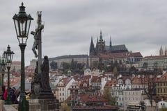 Prague et St Vitus Cathedral Vue de la passerelle de Charles Photos libres de droits