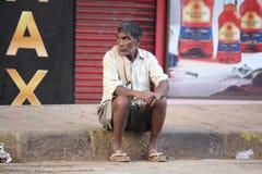prague för hemlös manbild SAD gator Arkivfoto