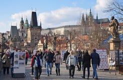PRAGUE - FEBRUARI 23: Turism på Charles Bridge Royaltyfria Bilder