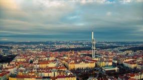 Prague flyg- sikt av tvtornet fotografering för bildbyråer