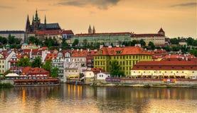 Prague från den Charles bron på solnedgången Royaltyfria Bilder