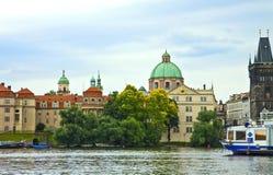 Prague från den Moldau floden Arkivfoton