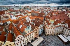 Prague gamla fyrkantiga turister arkivbild