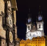 Prague gammal stad, astronomisk klocka, Tyn tempel, gamla gotiska och barocka byggnader, fyrkantig sammansättning Royaltyfria Foton
