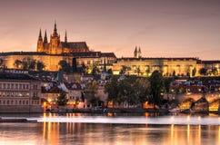 Prague gammal stad, Cech republik Praha slott med kyrkor, kapell och tornet royaltyfria bilder