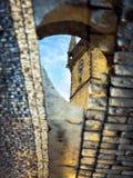 Prague gammal stad Hall Tower som reflekterar i en pöl Arkivfoto