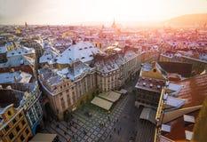 Prague gammal stadfyrkant från ovannämnt under solnedgång från gammalt stadtorn arkivfoton