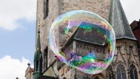Prague gammal stadfyrkant i en enorm såpbubbla royaltyfri foto