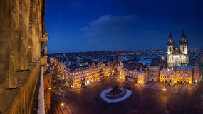 Prague gammal stadfyrkant med den Tyn domkyrkan under natt med det gamla stadtornet på en sida royaltyfri fotografi