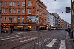 Prague Gata med spårvagnspår Juni 11, 2016 Arkivfoto