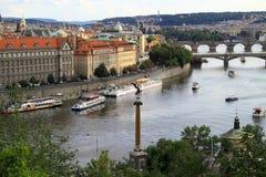 Prague har många broar som förbinder staden Arkivbilder