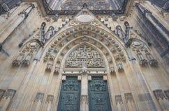 Prague huvudsaklig ingång för St. Vitus Cathedral Arkivbild