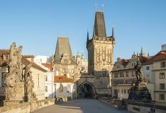 Prague i morgonen bro charles Arkivbild