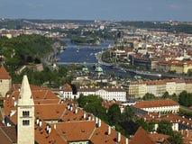 Prague i nord-öst från sätta en klocka på står hög av domkyrkaSten Royaltyfri Bild
