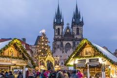 Prague jul marknadsför på natten i gammal stadfyrkant med blått arkivbild