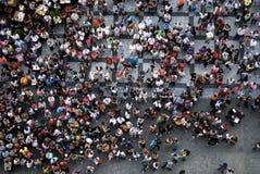 PRAGUE Juli 21, 2009 - det flyg- fotografiet av folk som besöker thePRAGUE Juli 21, 2009 - flyg- fotografi av folk som besöker de Fotografering för Bildbyråer