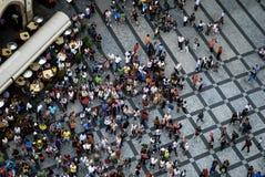 PRAGUE Juli 21, 2009 - flyg- fotografi av folk som besöker den gamla stadfyrkanten Arkivfoto