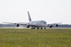 PRAGUE - JULI 01: Trafikflygplanet för emiratflygbussen A380 tar av på Juli 1, 2015 i Prague, Tjeckien A380en är för närvarande l Arkivfoton