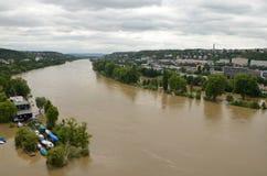 PRAGUE - JUNI 4: Översvämma i Prague. Svullen flod Vltava. Arkivbilder