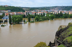 PRAGUE - JUNI 4: Översvämma i Prague. Svullen flod Vltava. Royaltyfria Foton