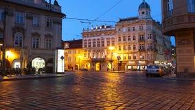 PRAGUE - JUNI 6: Natttrafik i mitten av den Prague tidschackningsperioden lager videofilmer