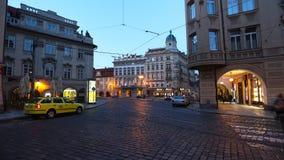 PRAGUE - JUNI 6: Natttrafik i mitten av den Prague tidschackningsperioden arkivfilmer