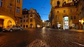 PRAGUE - JUNI 6: Skott för Tid schackningsperiod av natttrafik i mitten av Prague på Juni 6, 2017 i Prague stock video