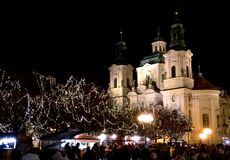 Prague kyrka i stadfyrkant på natten Royaltyfria Bilder