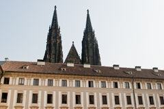 Prague kyrkliga torn. Royaltyfri Bild