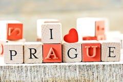 Prague, l'amour Prague du mot i avec les lettres en bois sur un fond en bois Photographie stock libre de droits