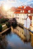 Prague landmark Den Certovka floden och och det gamla vattenhjulet maler i Prague arkivfoto