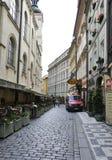 Prague, le 29 août : Vieille rue de ville à Prague, République Tchèque Photo libre de droits