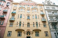 Prague, le 20 décembre 2016 : Architecture de Prague Les vieilles maisons luxueuses de différentes couleurs se tiennent étroiteme Images stock