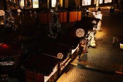 Prague, le 13 décembre 2016 : Décoration de Noël de nuit de la place principale Marché de Noël de nuit de la place de ville Photographie stock