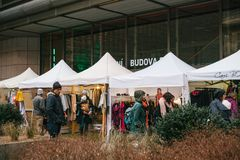 Prague, le 18 décembre 2017 : Les clientes de personnes marchent autour du marché en plein air populaire annuel de concepteur de  Image libre de droits