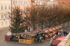 Prague, le 24 décembre 2016 : Tentes d'achats sur la place à côté de Charles Bridge Marché de Noël Gens du pays heureux Images stock