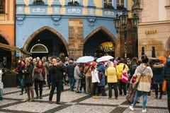 Prague, le 24 décembre 2016 : Vieille place à Prague le jour de Noël Les riverains et les touristes heureux marchent et se repose Photos libres de droits