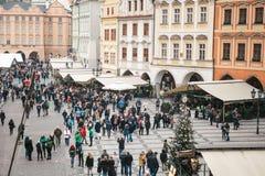 Prague, le 13 décembre 2016 : Vieille place à Prague le jour de Noël Marché de Noël de la place principale de la ville Image stock