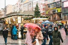 Prague, le 24 décembre 2016 : Wenceslas Square le jour de Noël Marché de Noël Riverains et promenade heureux de touristes Photographie stock libre de droits
