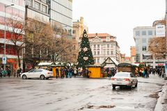 Prague, le 24 décembre 2016 : Wenceslas Square le jour de Noël Marché de Noël Riverains et promenade heureux de touristes Photographie stock