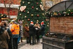 Prague, le 24 décembre 2016 : Wenceslas Square le jour de Noël Marché de Noël Riverains et promenade heureux de touristes Image libre de droits