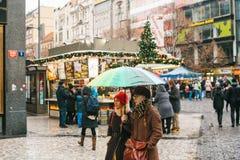 Prague, le 24 décembre 2016 : Wenceslas Square le jour de Noël Marché de Noël Riverains et promenade heureux de touristes Images libres de droits