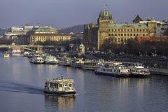 Prague, le quai de bateau de touristes photographie stock
