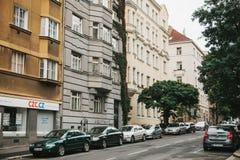 Prague, le 24 septembre 2017 : Beaucoup de voitures sont garées à côté des maisons sur la rue de ville Photographie stock