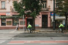 Prague, le 24 septembre 2017 : Deux amis de police montent des bicyclettes le long de la rue de ville Protection d'ordre public p Photos libres de droits